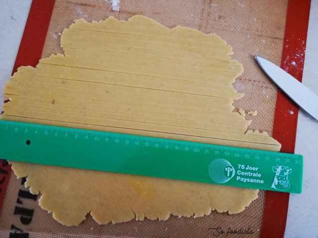 découpe des bandes de pâte